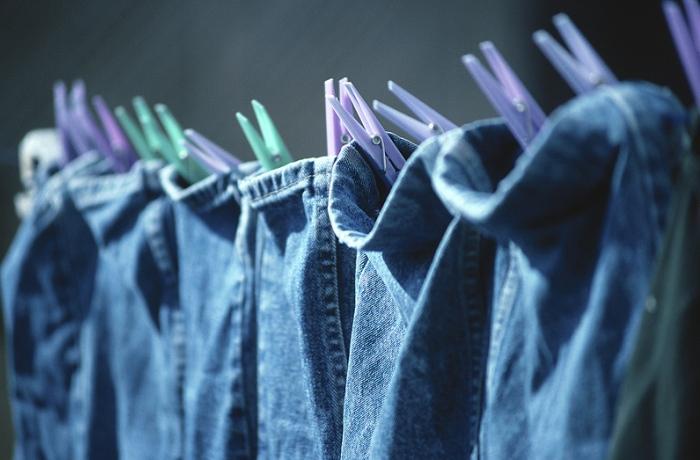 Сушка джинсовой ткани под солнечными лучами