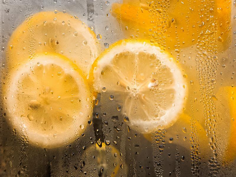 Чистка зеркала лимоном