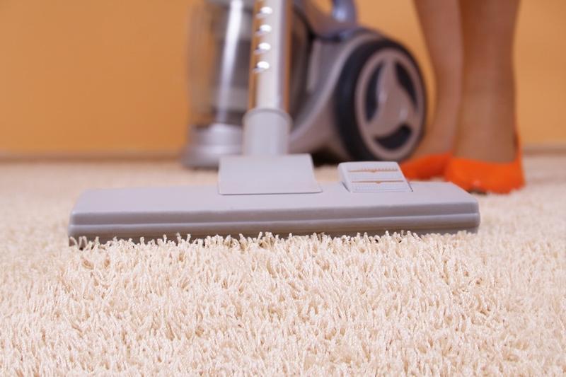 Уборка коврового покрытия пылесосом