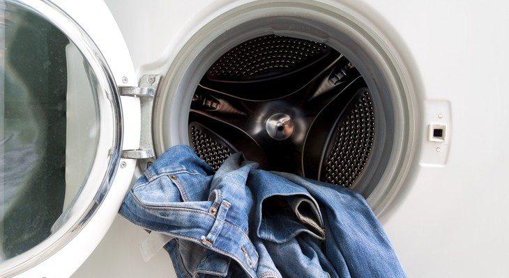 Джинсы в барабане стиральной машины
