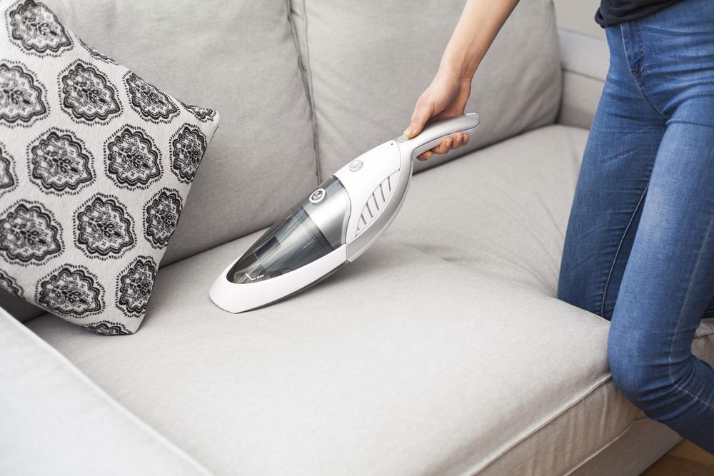 Чистка пылесосом диванных подушечек