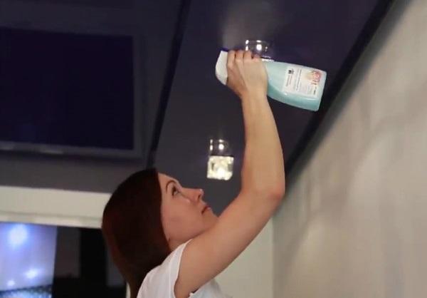 Самостоятельное мытьё натяжного потолка