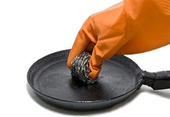 Чистка сковороды металлической губкой