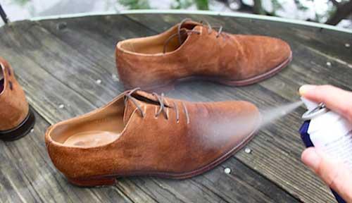 Применение спрея для замшевой обуви