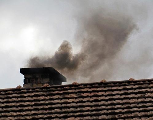 Чёрный дым из трубы дымохода
