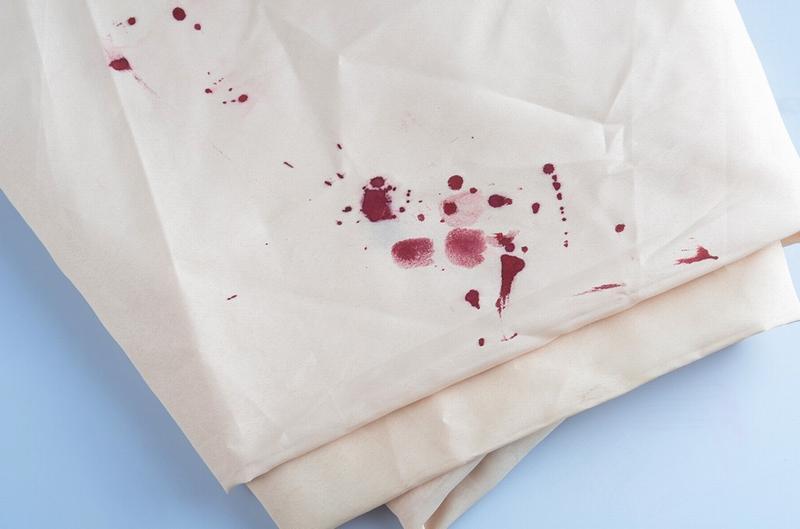 Пятна крови на белой одежде