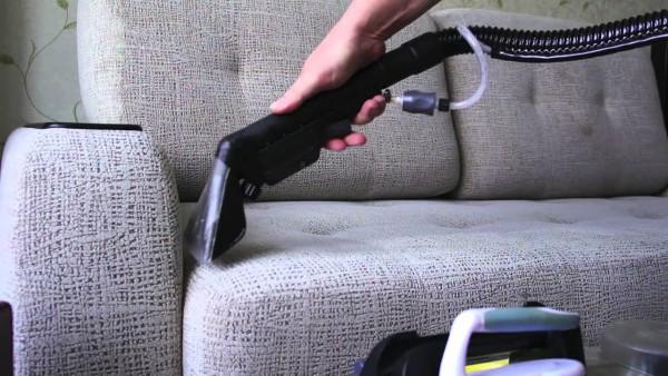 Применение пылесоса для дивана