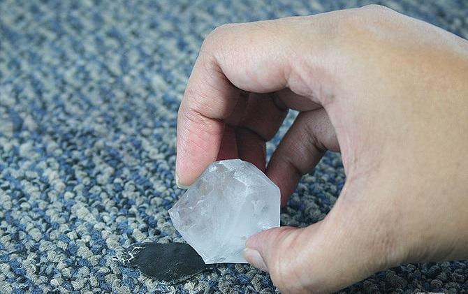 Лед поможет удалить пластилин