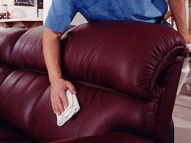 Протирка дивана из экокожи