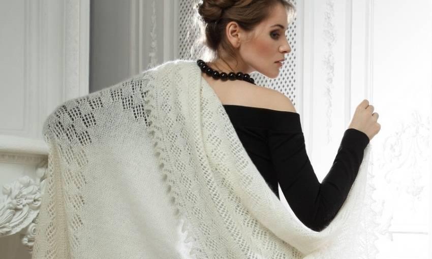 Пуховый платок на женщине
